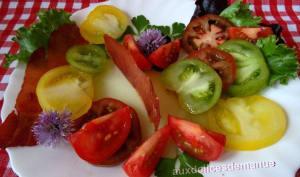 Salade de tomates sur gelée de concombre et chips de bacon
