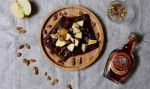 Gaufres au cacao amer, pomme, sirop d'érable et noix