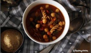 Soupe à la tomate , pois chiches et pâtes complètes