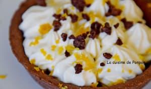 Tartelette garnie de crème citronnée sur confiture de lait
