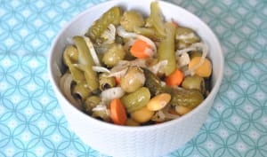 Olives, lupins, cornichons et carottes marinées