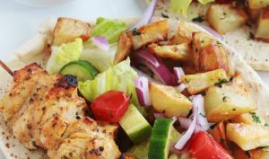 Pain pita au poulet mariné et pommes de terre épicées