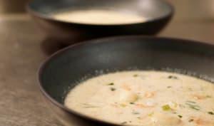 Bouillon au lait de coco, céleri rave et crevettes.