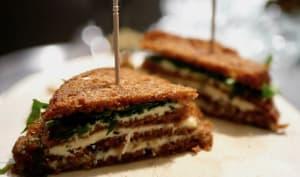 Sandwich club de pain d'épices au bleu et céleri