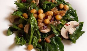 Salade d'épinards et champignons, canneberges, pois chiches sautés au cumin
