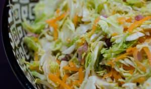 Salade de choux de Bruxelles, carottes, lardons et noix