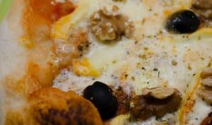 Pizza au reblochon, aux olives et aux noix