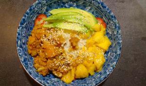 Poke bowl au saumon et mangue