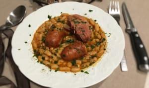 Palette de porc saucisses fumées et mogettes de Vendée à la tomate