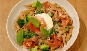 Penne façon aglio e olio, ou penne à l'ail, huile d'olive, basilic, piment, brocolis, burratta, jambon serrano, câpres et parmesan