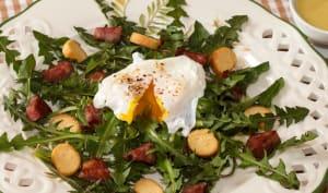 Salade de pissenlits à la saucisse de Morteau et son œuf poché
