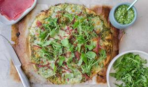 Pizza au pesto de roquette, mozzarella et viande des grisons