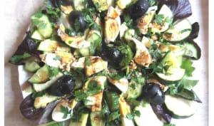 Salade aux jeunes pousses, concombre, courgette et oeufs