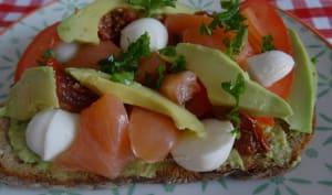 Bruschetta à l'avocat, tomates et saumon