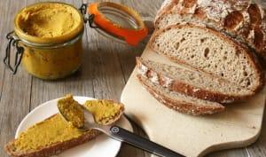 Tartinade de fèves sur pain au sarrasin-quinoa