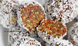 Boule énergétique aux figues séchées, amandes, baies de goji, cranberries séchées et spiruline
