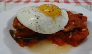 Aubergine à la sauce tomate et œuf à cheval