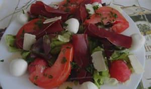 Salade aux tomates, viande des grisons et billes de mozzarella et de pastèque