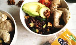 Power bowl de poulet mariné au riz noir, courgettes et noix