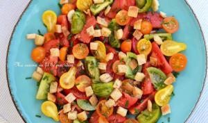 Salade de tomates, croûtons de pain pita à l'ail et vinaigrette balasamique