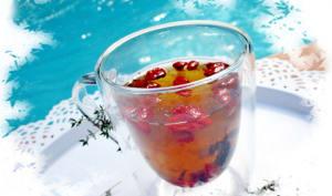 Infusion de thym frais + hibiscus avec des baies de goji et du miel au citron