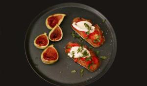 Tartines de tomate, mozzarella et figues fraîches