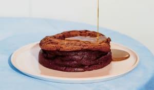 Gâteau au chocolat, beurre de cacahuète et sauce caramel salée