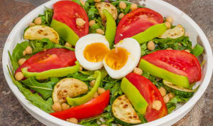 Salade complète de pois chiches aux légumes d'été et aux œufs