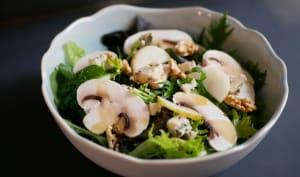"""""""Mille"""" feuilles en salade. Noix fraîches. Poire. Champignons de Paris."""