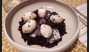 Gnuddi aux truffes de Toscane sur riz noir et sauce au jambon cru