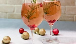 Cocktail festif avec prosecco aux canneberges et St-Germain