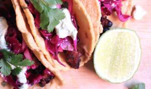 Tacos à la courge rôtie au piment chipotle, haricots noirs croustillants et crema aux noix de cajou et jalapeno grillé