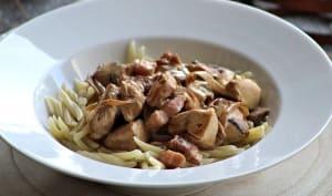 Sauté de poulet aux champignons et aux lardons