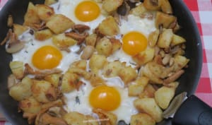 Poêlée de pommes de terre et champignons à la forestière, aux œufs
