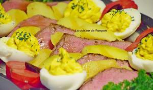 Rosbeef, pommes de terre, oeufs durs et spiruline, tomate et ail noir