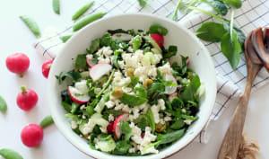 Salade croquante aux radis, pois et jeunes pousses d'épinards