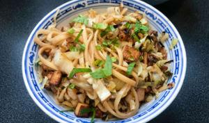 Nouilles udon sautées au chou et au tofu fumé