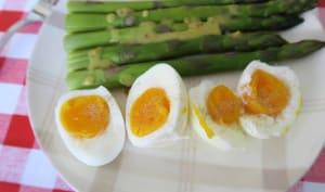 Asperges vertes en vinaigrette et œufs mollets