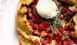 Tarte rustique à la fraise, rhubarbe thym