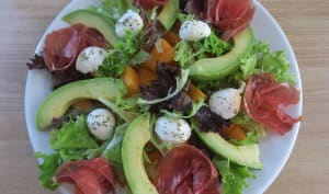 Salade au melon, avocat, coppa et mozzarella