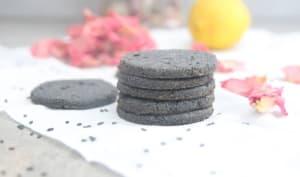 Sablés à la farine de coco, citron et sésame noir