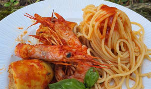 Spaghettis, encornets farcis et crevettes