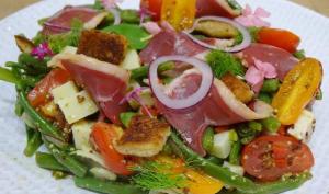 Salade de haricots verts et fenouil, magret fumé, Tomme de montagne, tomates cerises et croûtons, vinaigrette à l'ancienne