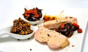 Foie gras d'oie avec une compotine de fruits secs et un confit d'oignons