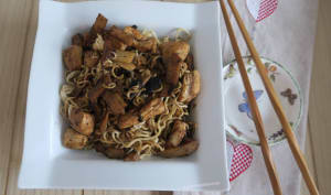 Poulet sauté à l'ail noir et pâtes chinoises aux pousses de bambou