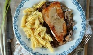 Escalope de dinde à la crème, champignons et ail des ours