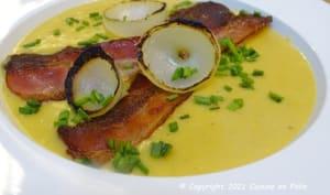 Velouté d'artichauts, carottes et oignons, croustillants de poitrine fumée, oignon brûlé