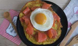 Crêpes de pommes de terre à la truite fumée et œuf au plat