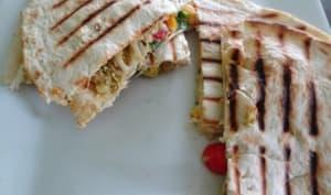 Quesadilla au guacamole, fromage frais et pousses de haricots mungo