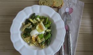 Pâtes fraiches aux asperges, copeaux de parmesan et œuf mollet